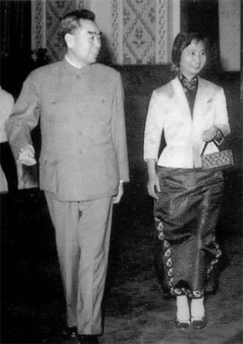 一九六三年,陈毅夫人张茜和周恩来一起步入人民大会堂。