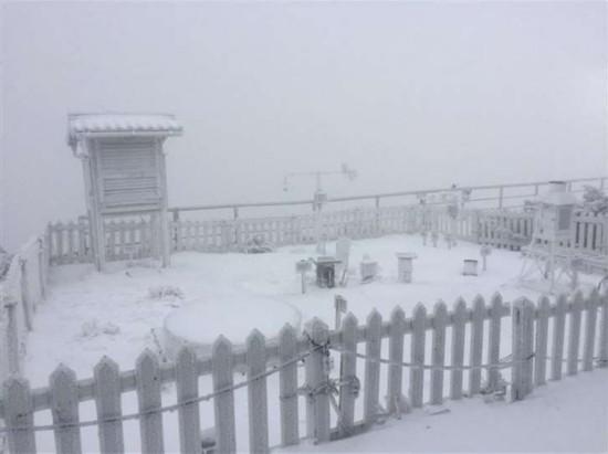 受大陆冷气团影响 台湾玉山清晨降雪近2小时