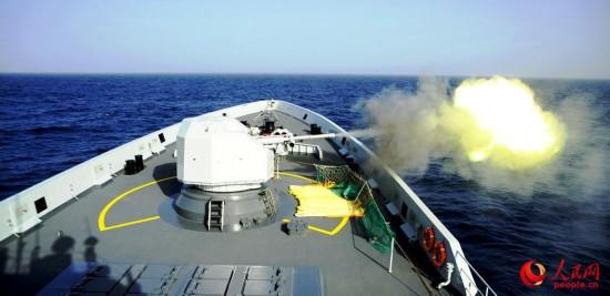 潍坊舰主炮对海火力打击。李昊摄