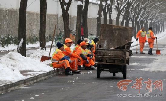 西安保洁员扫雪有加班费吗 多数有补助但标准不一图片