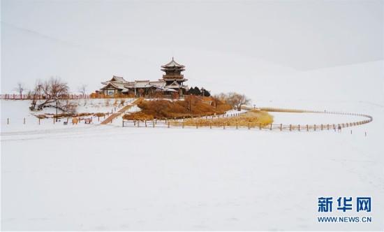 雪落鸣沙山月牙泉