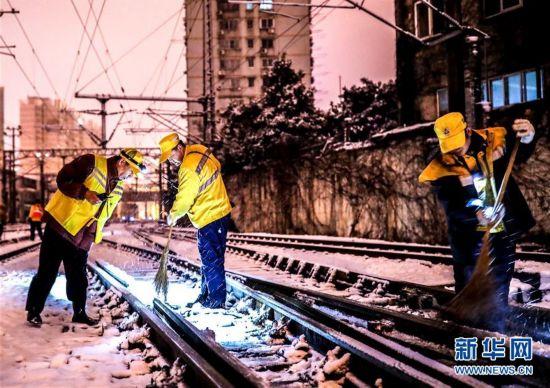 (新华全媒头条)(3)雨雪冰冻中,他们奋力前行――基层党员干群抗击冰雪灾害纪实