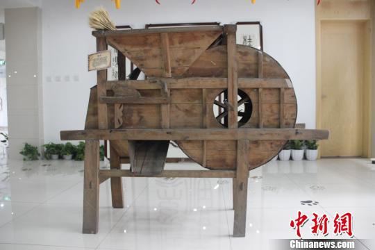 风车:用来去除水稻等农作物子实中杂质、瘪粒、秸杆屑等的木质传统农具。 钟欣 摄