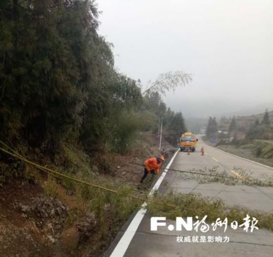 福州公路局全力备战冰冻天气 养路工寒风中清障