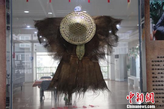 蓑衣:用一种不容易腐烂的草编织成的雨具。 钟欣 摄