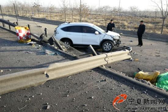越野车爆胎飞出高速路 交警提醒春运出行要检查车辆状况