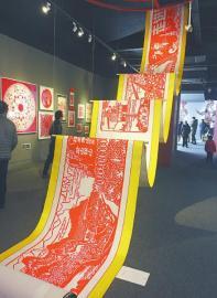 四川成都百人手剪百米长卷描绘最美家乡