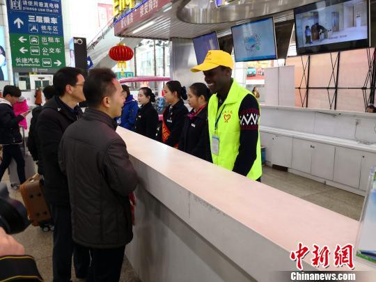 广州南站来了位非洲籍春运志愿者