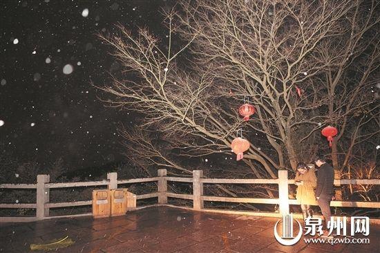 泉州清源山飞雪迎春 市民争相赏雪