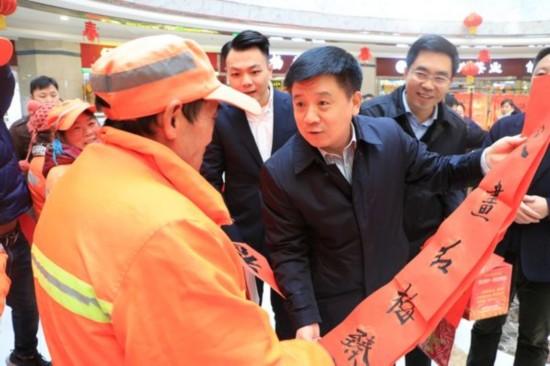 活动现场,西安市新城区区委书记、区长仵江等手把手送祝福