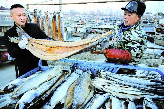 淮安洪泽湖:腌制水产品成为抢手年货