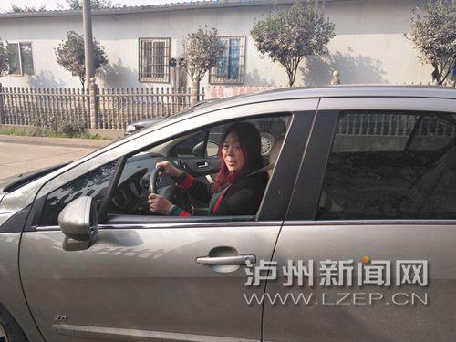邢道琼开着一辆银灰色轿车,稳稳地停在路边