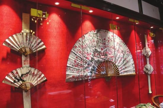 展览中的梅花扇