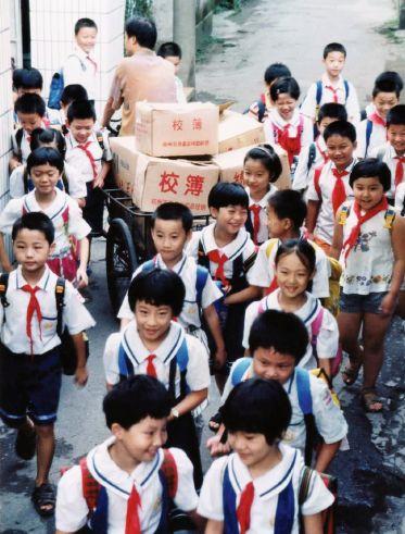 创业初期,宗庆后蹬着三轮车送校簿。