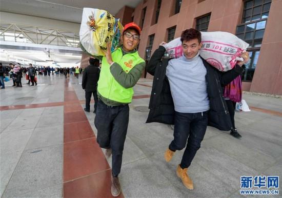 (新华网)(1)西藏企业员工服务返乡旅客