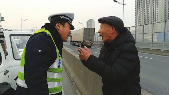 民警发现迷路老人(警方供图)