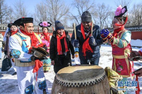 留学生体验传统满族年俗