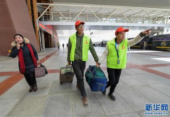 (新华网)(2)西藏企业员工服务返乡旅客