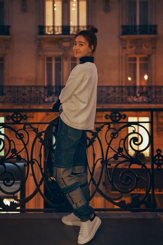 王丽坤时尚街拍曝光 明媚笑容点亮浪漫之都