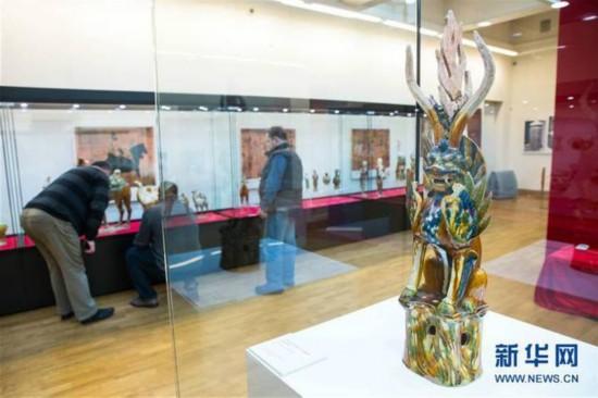 2月7日,在波兰卢布林省图书馆,人们观赏洛阳唐三彩艺术品。