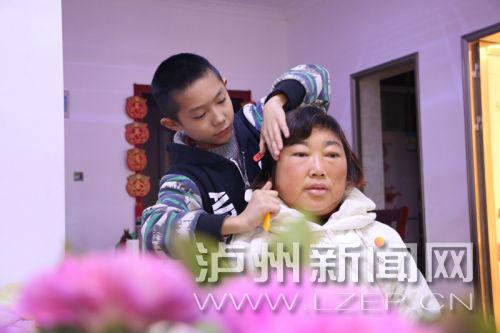杨世业在帮妈妈梳头