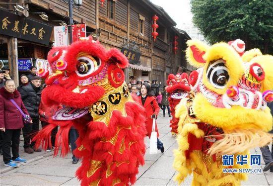 福州举行十邑民俗踩街活动