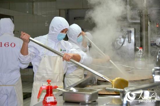 厨师挥铲炒菜.图片