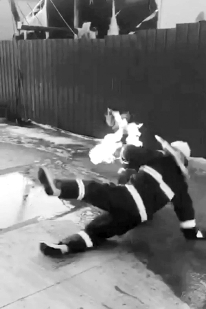 """辅警火场里抱出喷火煤气罐 泰州""""抱火哥""""经历生死10秒"""