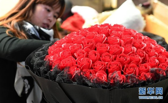 (社会)(1)云南大批鲜花上市 花卉市场迎交易高峰