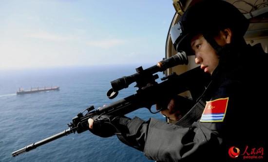 特战队员对海警戒。