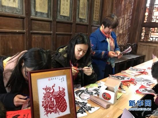 剪窗花、拓年画、做糍粑 闽台青少年福州体验传统年味
