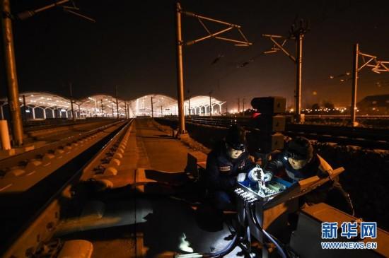 2月11日凌晨,徐州东信号工区工作人员对轨道电路扼流变压器进行检修