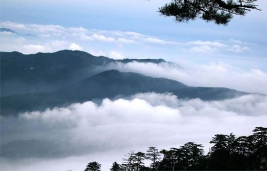 主要景点有铜锣寨,岳顶天池,西山瀑布,大垅台村落遗址等.