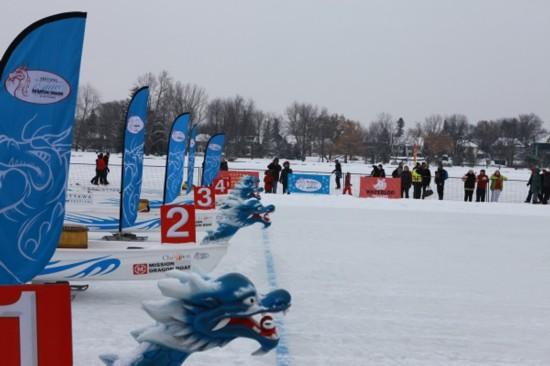 渥太华举行第二届冰上龙舟赛
