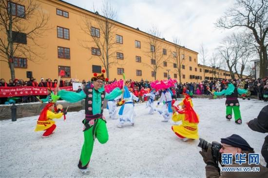 """2月10日,在瑞典首都斯德哥尔摩,演员在2018""""欢乐春节""""活动上表演商河鼓子秧歌。"""
