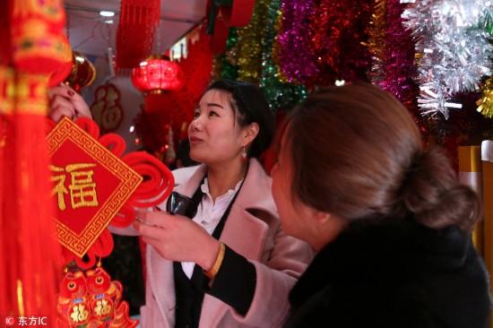 2月10日,市民在西藏自治区拉萨市一家商场选购春节饰品。