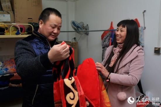 钟定峰夫妇拿着给将出生孙子买的衣服、毯子,喜悦之情溢于言表。邹家骅摄