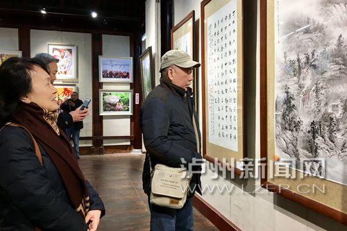 市民参观泸州市诗书画摄影作品迎春展览