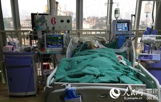 91岁王琳老奶奶戴着氧气罩躺在ICU。林长生 摄