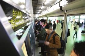 长沙两大火车站春运排队大幅减少 买票取票不再费时间