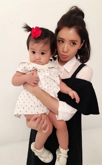 贾静雯罕见童年照曝光 跟女儿简直是一模一样