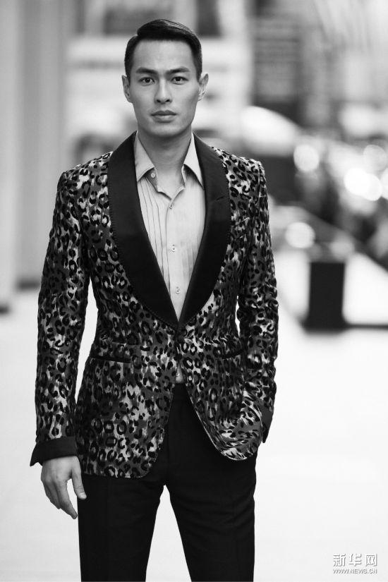 杨�v宁现身纽约时装周 豹纹外套华丽
