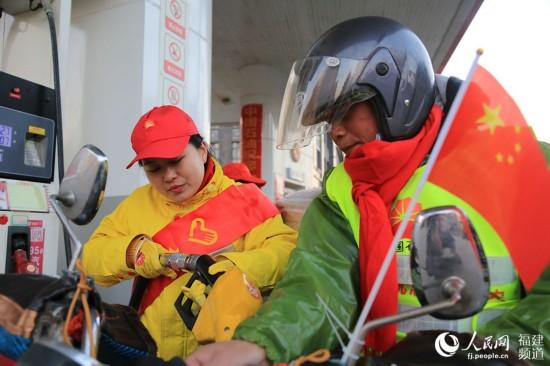 铁骑们在晋江加油站加油,准备踏上回家路 邹家骅摄