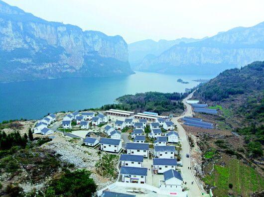 """贵州黔西县新仁乡化屋村自由组,""""组组通""""公路修到了家门口。"""