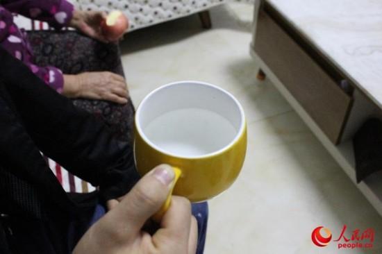 杯子里的水十分清澈,不见杂质。 张静淇摄