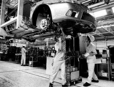 p46-在汽车总装车间,工人正在对汽车进行组装,从汽车底盘安装到汽车内饰的完善,要求每个流水线的工人紧密配合。随着车间滚轴转动的节奏,不同区域的工人们必须在固定时间内完成工作。