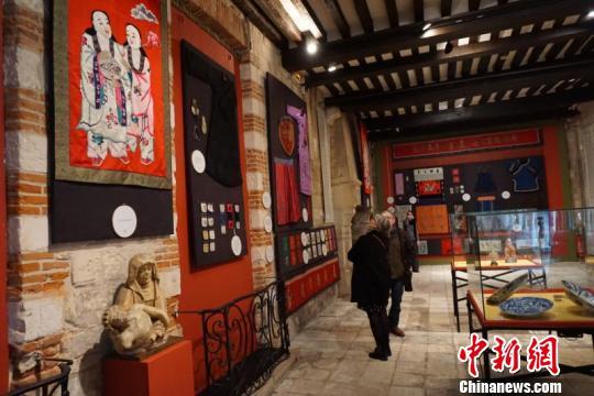 大连现代博物馆藏绣品展在法国勒阿弗尔举行