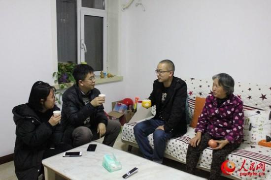 贻丰园社区居委会社区工作者孟子靖和同事到东方里小区回访自来水改造情况 张静淇摄