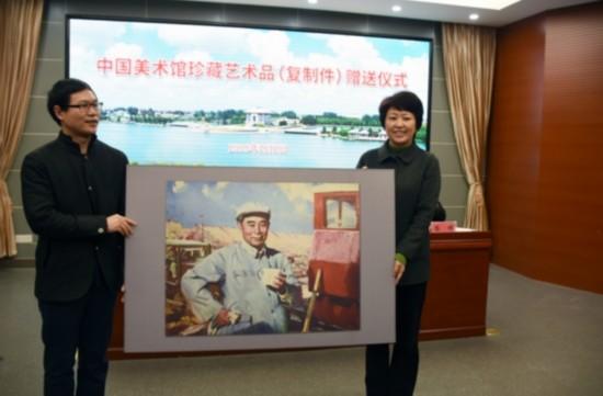 中国美术馆向周恩来纪念馆捐赠艺术珍品复制件