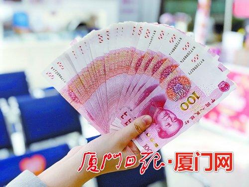 春节临近厦门银行网点迎来人潮 工作人员提醒:兑换新钞要趁早